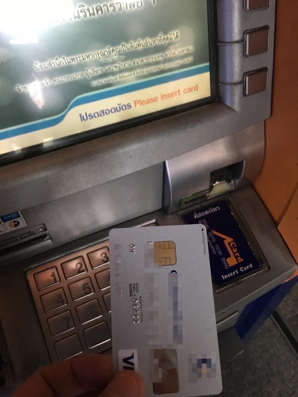海外ATMで現地通貨を引き出している画像